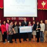 Blue Cross and Blue Shield捐贈活動中心經費$10,000 (中) 代表Edward Renteria與中心理事合照