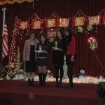 (左)理事長雷筱鳳,卡拉ok比賽第三名趙鵬飛(代),第一名姜婧瑤(右二),(右一)李察遜市市長LAURA MACZKA