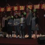 (左)理事長雷筱鳳,書法比賽初級組第三名楊博涵,(中)第二名Annie Hsu,第一名 黃嬿樺(右二)李遜市市議員Kendal Hartley,(右一)書法活動負責人王嘉玲