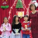 初級組 (左一)第一名翁鈺淇 第二名Isabella Fang 第三名Elson Liu(右一)理事長許祖瑛